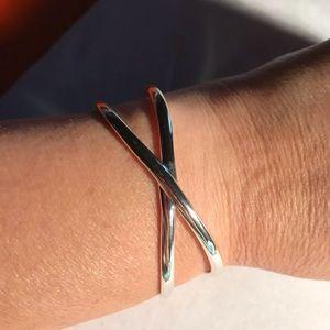 Jewelry - ◽️⬜️Criss-cross Silvertone Bracelet⬜️◽️